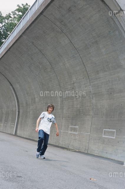 サッカーボールと日本人男性の写真素材 [FYI03230308]