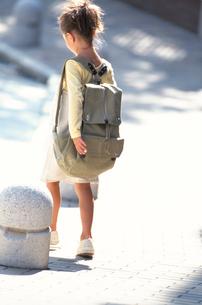 日本人の女の子の後ろ姿の写真素材 [FYI03230324]