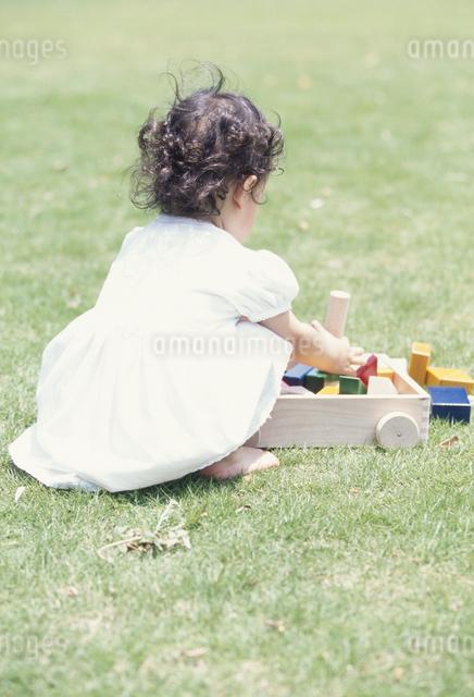 芝生の上の日本人の女の子の写真素材 [FYI03230325]