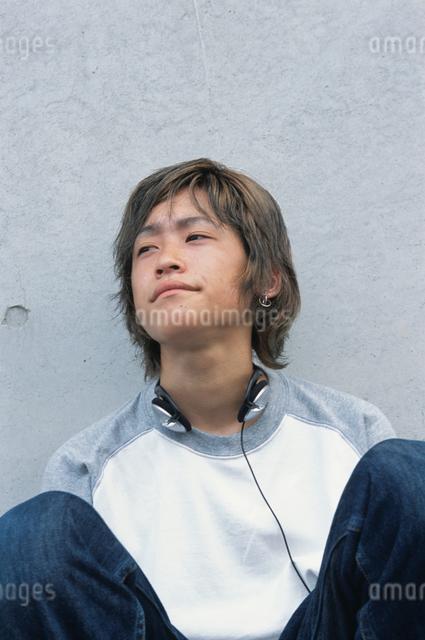 しゃがむ日本人男性の写真素材 [FYI03230340]