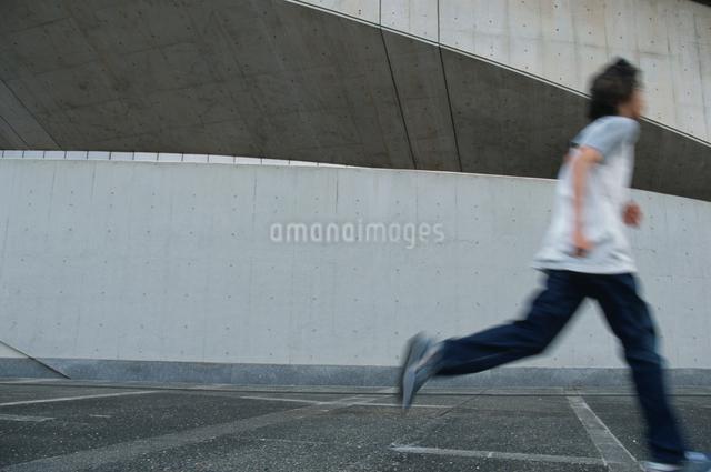 走る日本人男性の写真素材 [FYI03230348]