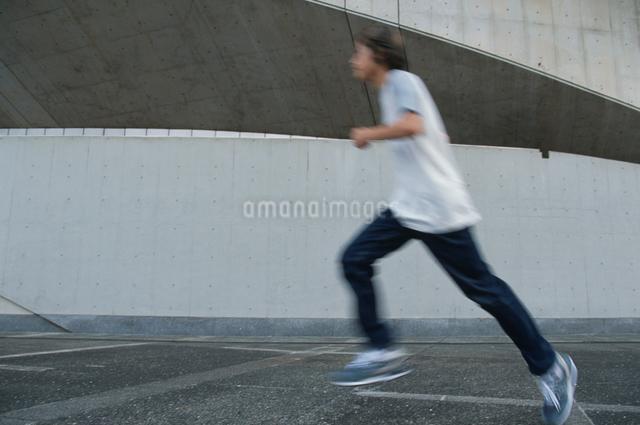 走る日本人男性の写真素材 [FYI03230350]