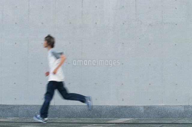 走る日本人男性の写真素材 [FYI03230352]