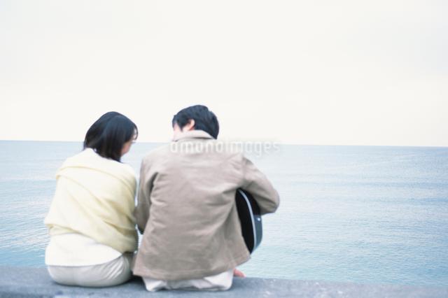 日本人のカップルの後ろ姿の写真素材 [FYI03230356]
