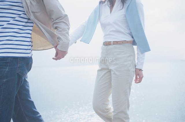 手をつなぐ日本人のカップルの写真素材 [FYI03230358]
