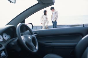 自動車と日本人のカップルの写真素材 [FYI03230367]