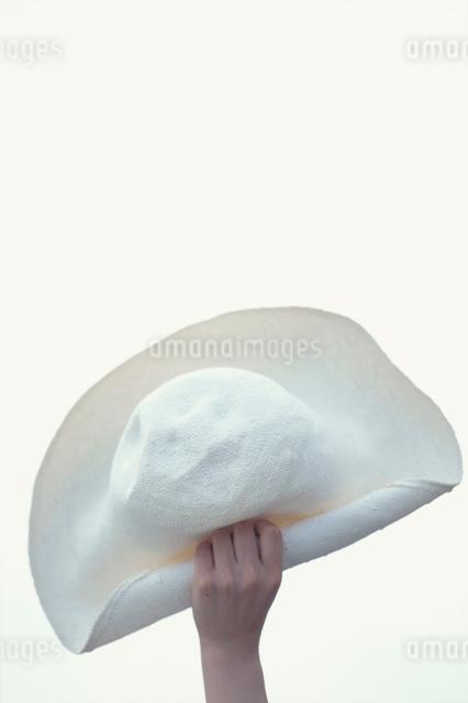 帽子を持つ手の写真素材 [FYI03230368]