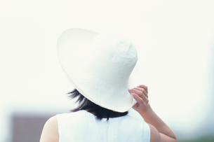 帽子をかぶった日本人女性の写真素材 [FYI03230369]