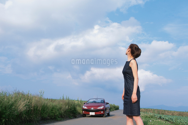 赤い自動車と日本人女性の写真素材 [FYI03230372]