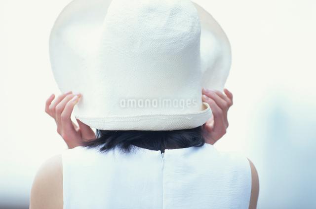 帽子をかぶった日本人女性の写真素材 [FYI03230373]