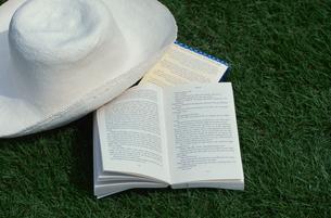 本と帽子の写真素材 [FYI03230378]