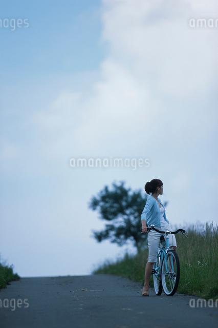 自転車と日本人女性の写真素材 [FYI03230382]