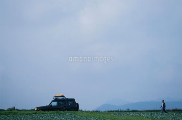 自動車と男性の写真素材 [FYI03230386]