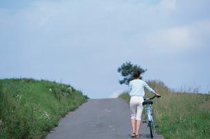 自転車を押す日本人女性の写真素材 [FYI03230389]