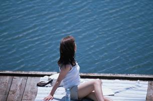 敷物の上に座る日本人女性の写真素材 [FYI03230393]