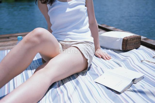 敷物の上に座る日本人女性の写真素材 [FYI03230397]