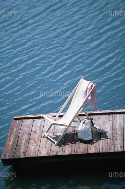 桟橋にイスの写真素材 [FYI03230399]