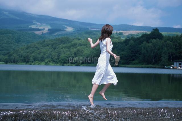 水辺の日本人女性の写真素材 [FYI03230406]
