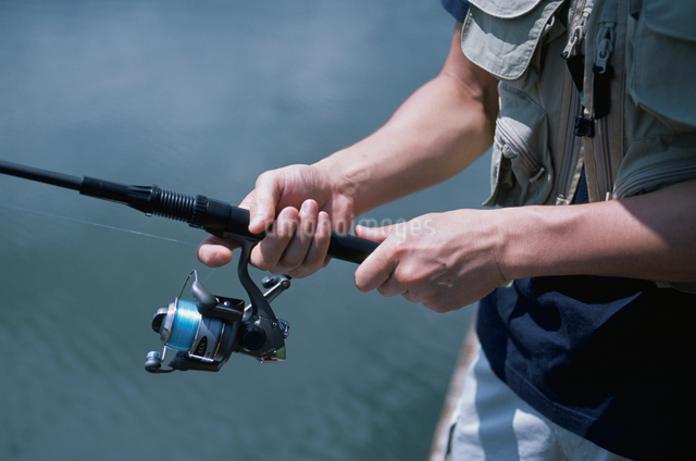 釣竿を持つ手の写真素材 [FYI03230407]