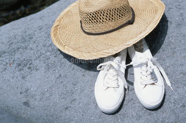 帽子とスニーカーの写真素材 [FYI03230408]