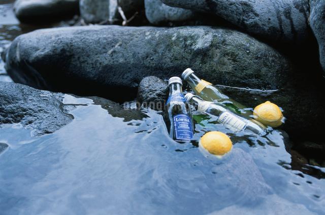 水の中のレモンと瓶の写真素材 [FYI03230410]
