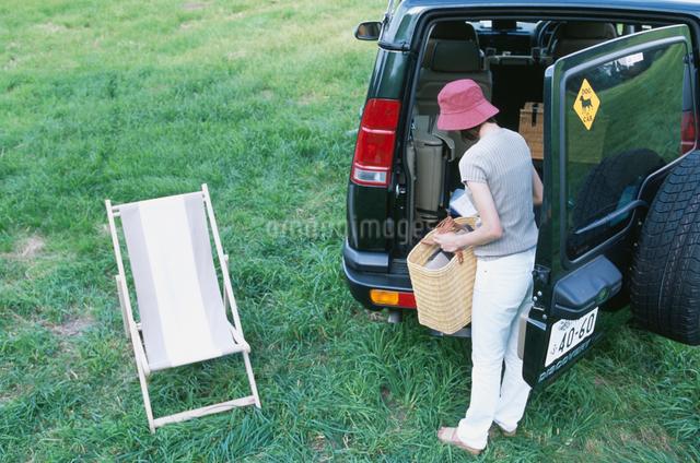 自動車から荷物を積み下ろす日本人女性の写真素材 [FYI03230423]