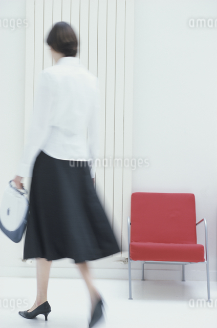 赤いイスと女性後ろ姿の写真素材 [FYI03230430]