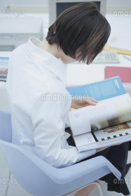 本をめくる女性の写真素材 [FYI03230433]