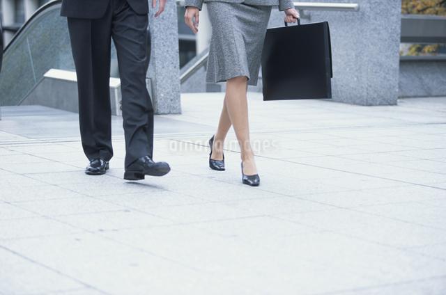 歩く男性と女性の足の写真素材 [FYI03230435]