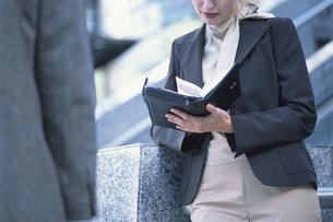手帳を持った女性の写真素材 [FYI03230438]