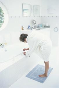 ペディキュアを塗る女性の写真素材 [FYI03230439]