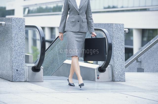 歩く女性の足の写真素材 [FYI03230441]
