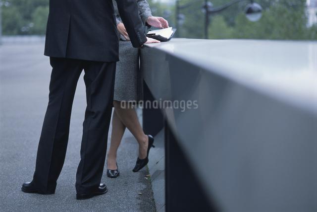 男性と女性の足の写真素材 [FYI03230453]