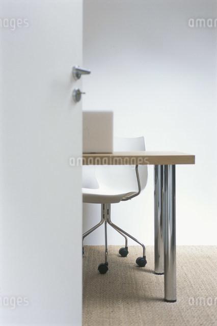 パソコンを置いた机と椅子の写真素材 [FYI03230459]