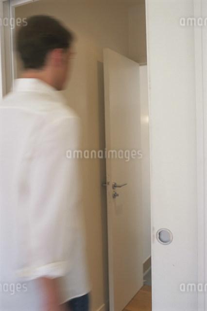 室内を歩く男性の写真素材 [FYI03230461]