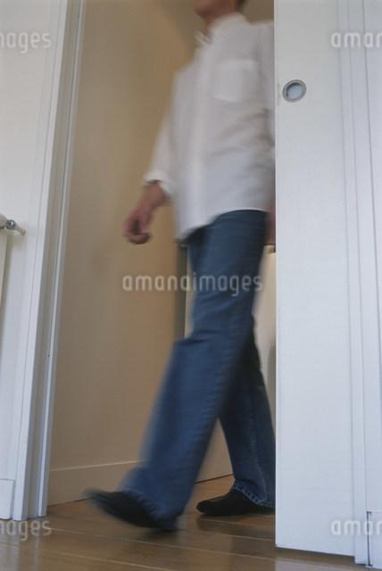室内を歩く男性の写真素材 [FYI03230465]