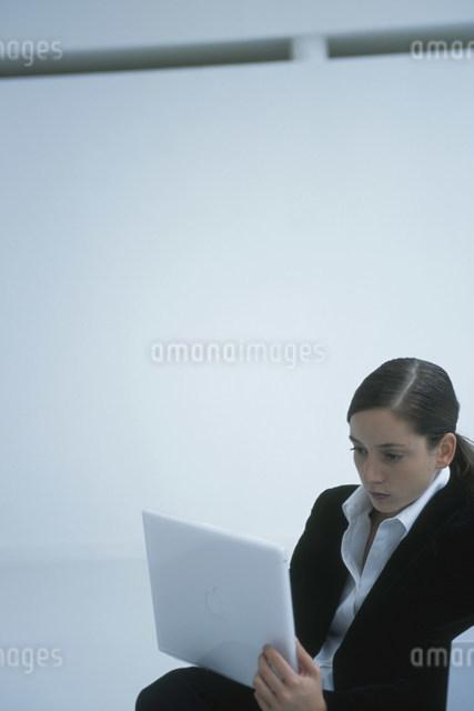 ノートパソコンを操作する外国人女性の写真素材 [FYI03230466]