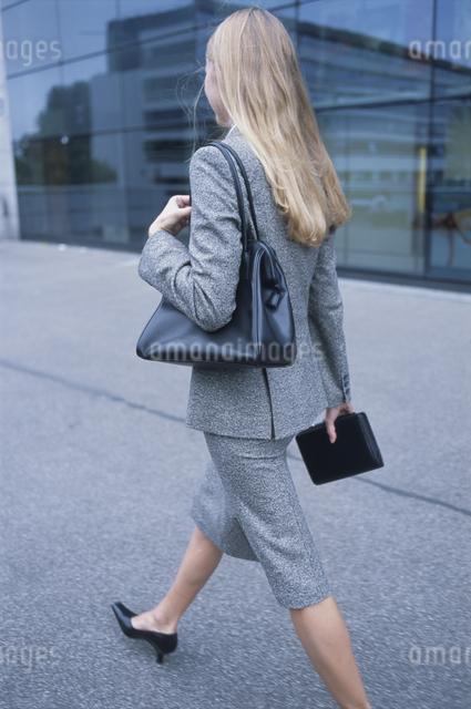 歩く外国人女性後ろ姿の写真素材 [FYI03230467]