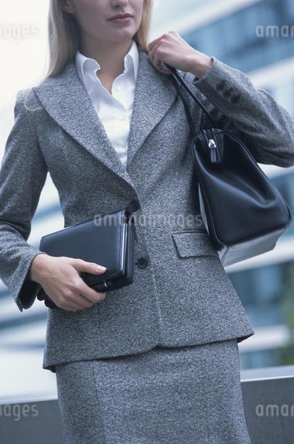 外国人女性が持った手帳と鞄の写真素材 [FYI03230470]