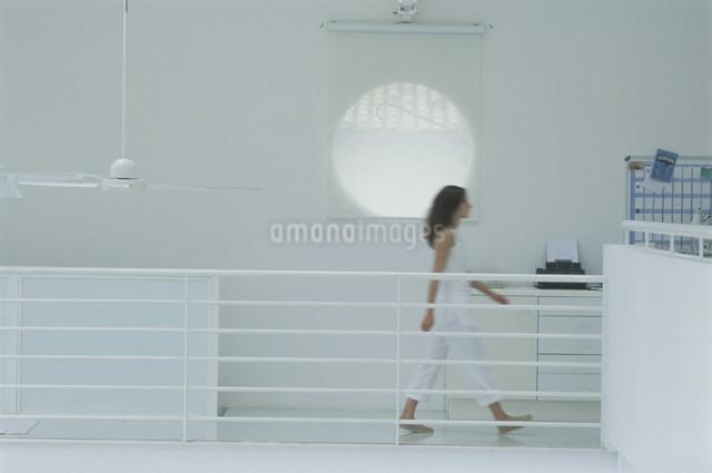 通路を歩く外国人女性の写真素材 [FYI03230475]