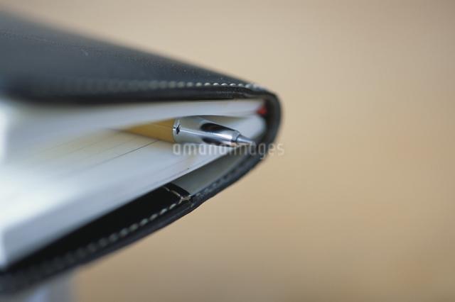 手帳に挟まれたペンの写真素材 [FYI03230476]
