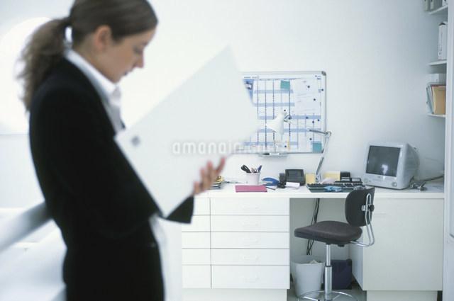 書類を見る外国人女性の写真素材 [FYI03230478]