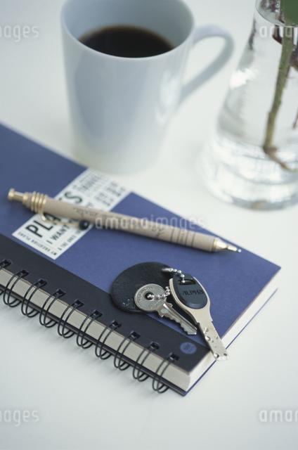 ノートと鍵とペンとコーヒーの写真素材 [FYI03230480]