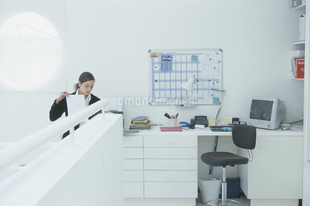 書類を見る外国人女性の写真素材 [FYI03230483]