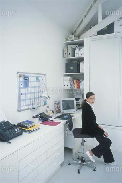 黒いスーツ姿の外国人女性の写真素材 [FYI03230484]