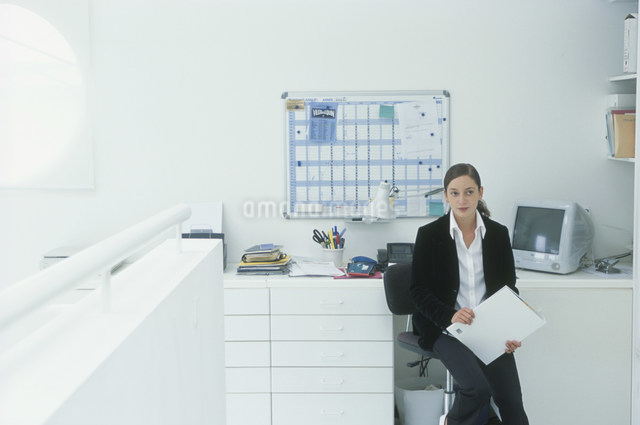座る外国人女性の写真素材 [FYI03230486]