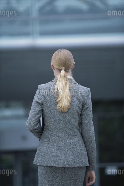 歩く外国人女性後ろ姿の写真素材 [FYI03230499]