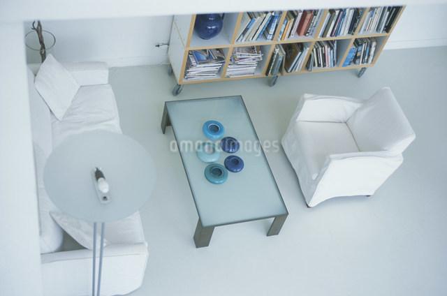 白いソファと本棚のあるリビング俯瞰の写真素材 [FYI03230502]