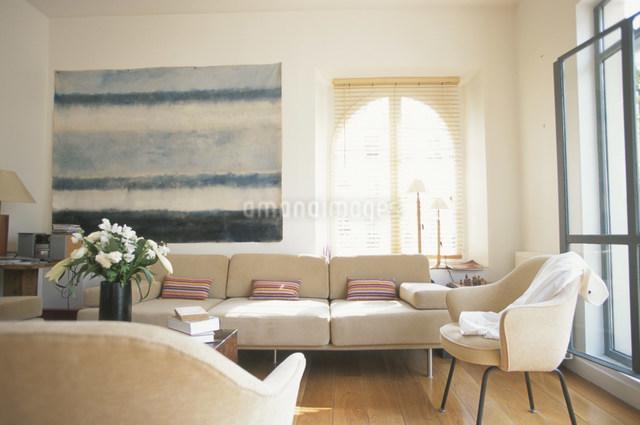 壁に大きな絵のあるリビングルームの写真素材 [FYI03230505]
