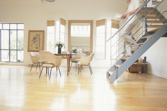 リビングの階段を下りる男性の写真素材 [FYI03230506]
